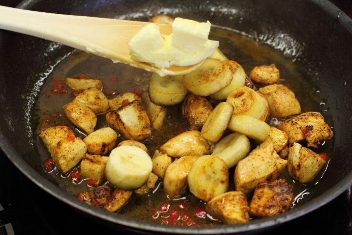Exotikus  csirkeragu banánnal elkészítés 4. lépés képe