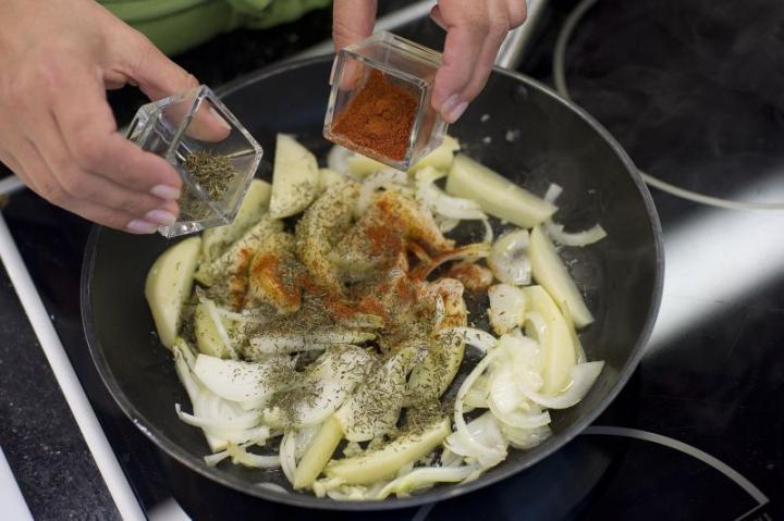 Spanyol paradicsom leves burgonyával elkészítés 2. lépés képe