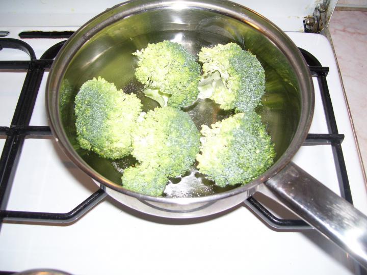Sajtos brokkolival töltött rántott csirkemell rizsszem tésztás zöldségkörettel elkészítés 2. lépés képe