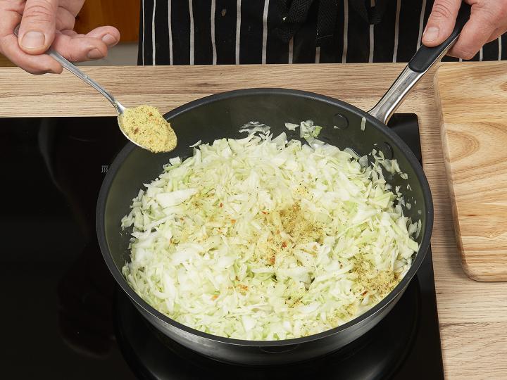 Káposztás tészta sósan elkészítés 4. lépés képe
