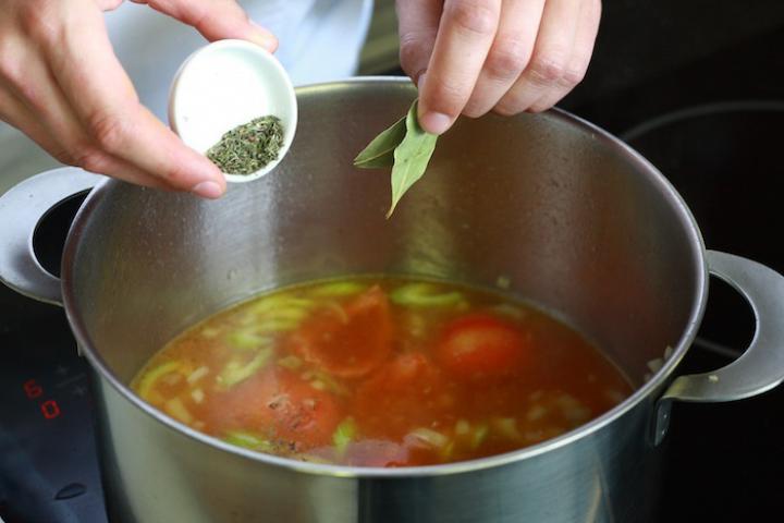 Olasz paradicsomleves tésztával elkészítés 6. lépés képe