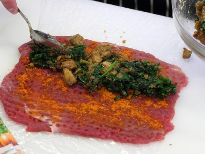 Sertésszűz tekercs erdei gombákkal, spenóttal és burgonyagolyókkal elkészítés 3. lépés képe