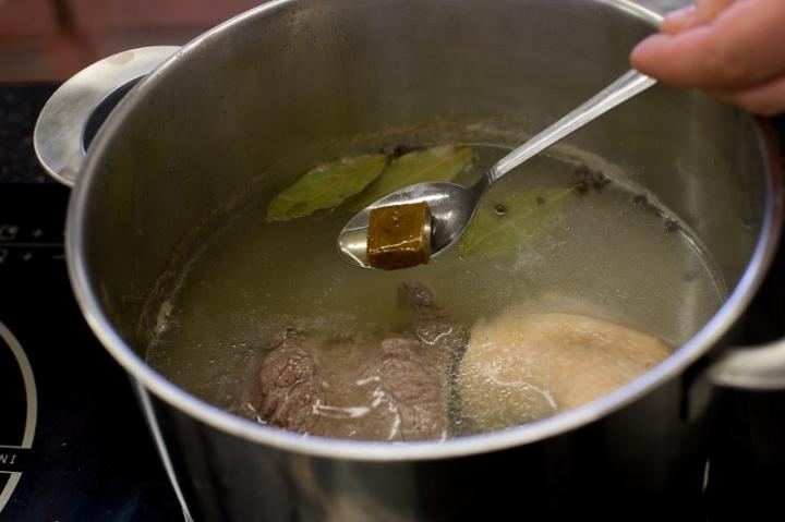 Marhahúsleves zöldségekkel és parmezános palacsintával elkészítés 1. lépés képe