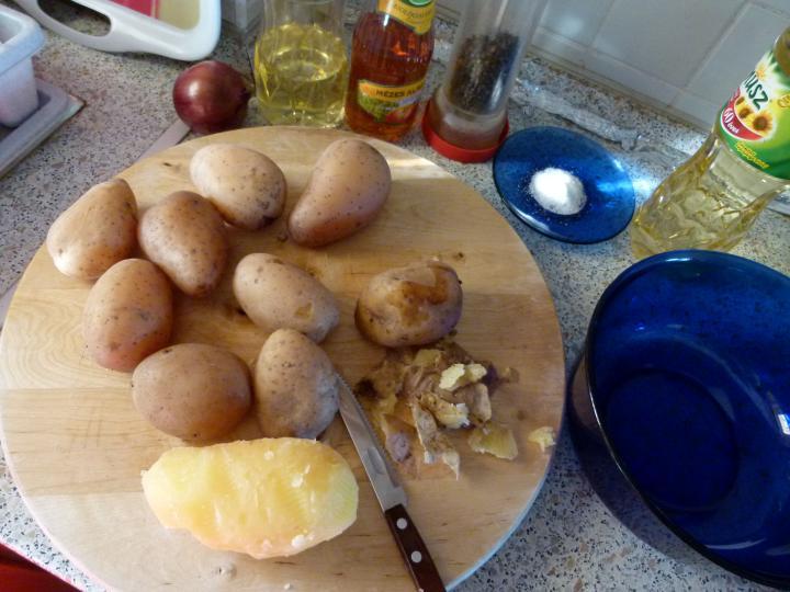Krumplisaláta lilahagymával és almával elkészítés 1. lépés képe