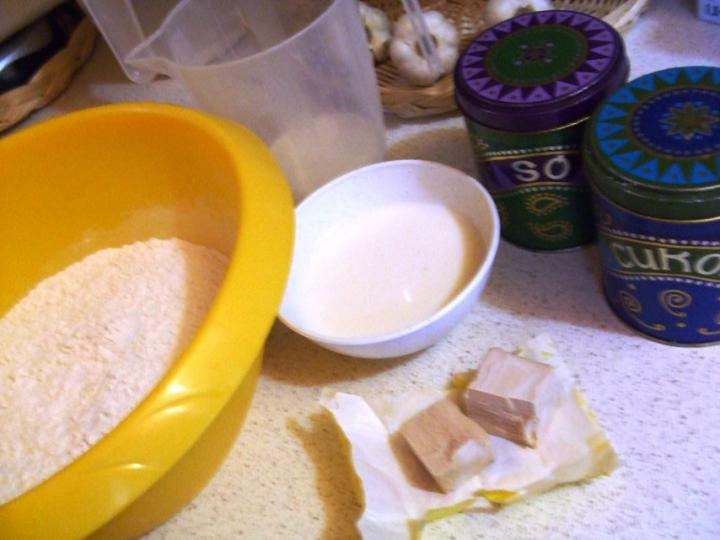 Szalámis pizza, paradicsomos alappal elkészítés 1. lépés képe