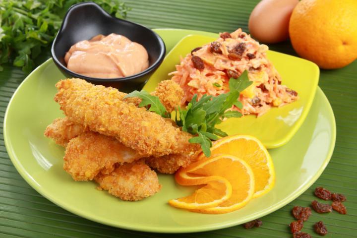 Kukoricabundában sült csirkemell csíkok koktélmártással és sárgarépa salátával elkészítés 2. lépés képe