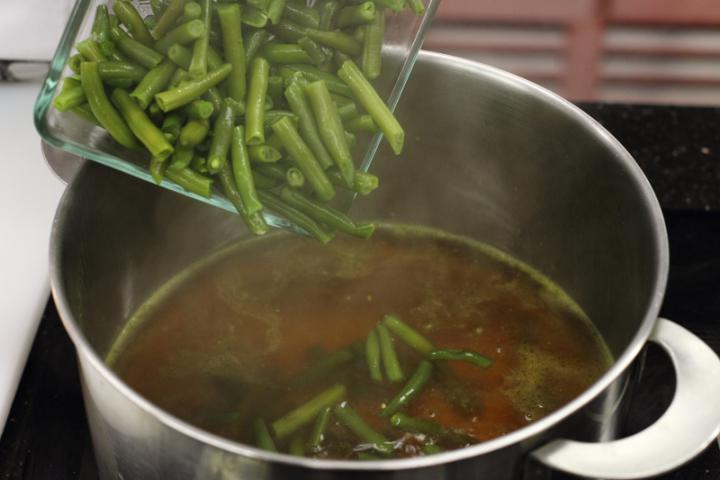 Zöldbableves burgonyával elkészítés 2. lépés képe