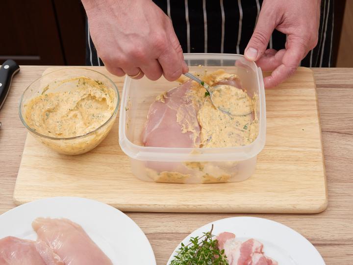Tejfölös fokhagymás pácolt csirkemell elkészítés 3. lépés képe
