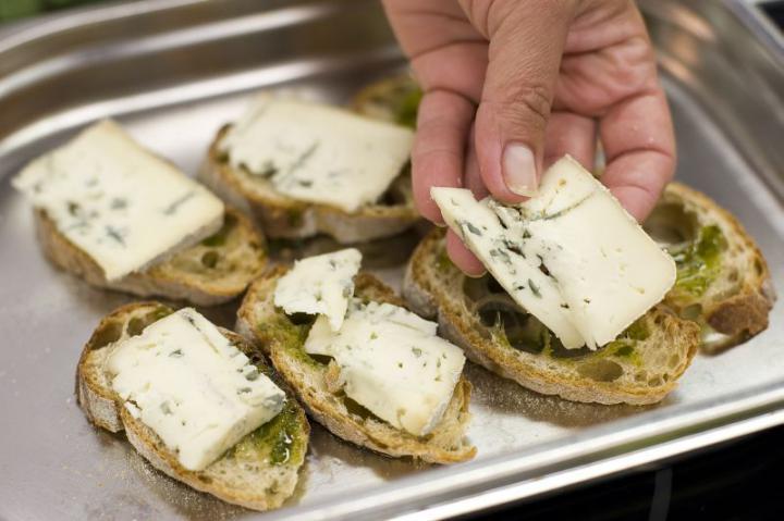 Gyümölcsös-sajtos mini szendvicsek elkészítés 2. lépés képe