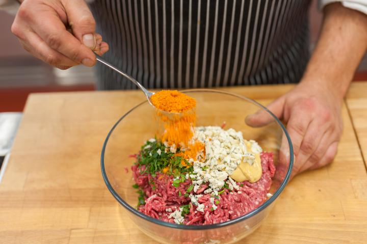 Dupla burger kék sajttal és lilahagyma lekvárral elkészítés 2. lépés képe