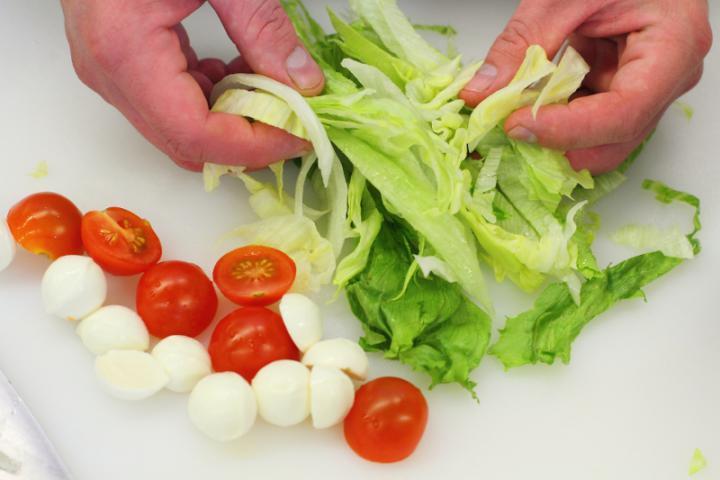 Mozzarella saláta zöldség szalagokkal elkészítés 1. lépés képe
