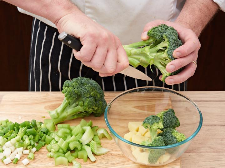 Brokkoli krémleves elkészítés 1. lépés képe