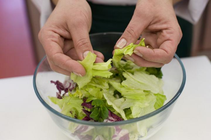 Garnéla saláta elkészítés 2. lépés képe