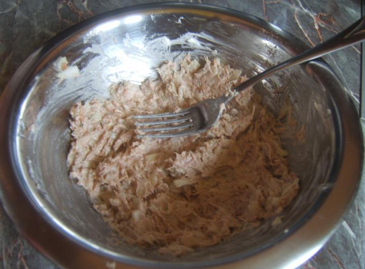 Tonhalas melegszendvics elkészítés 2. lépés képe