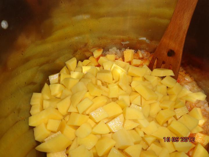 Uborkás burgonya főzelék virsli virággal elkészítés 2. lépés képe