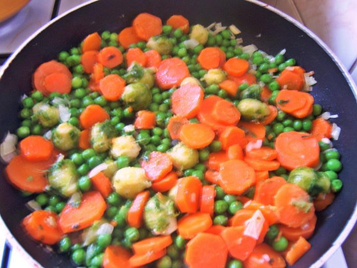 Tejszínben sült zöldségek elkészítés 2. lépés képe