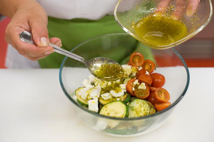 Grillezett cukkini saláta elkészítés 3. lépés képe