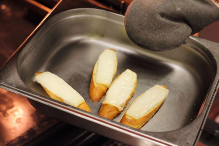 Kecskesajtos pirítós sült paradicsommal elkészítés 4. lépés képe