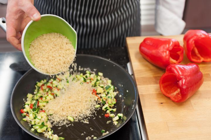 Rákkal és rizzsel töltött paprika elkészítés 2. lépés képe