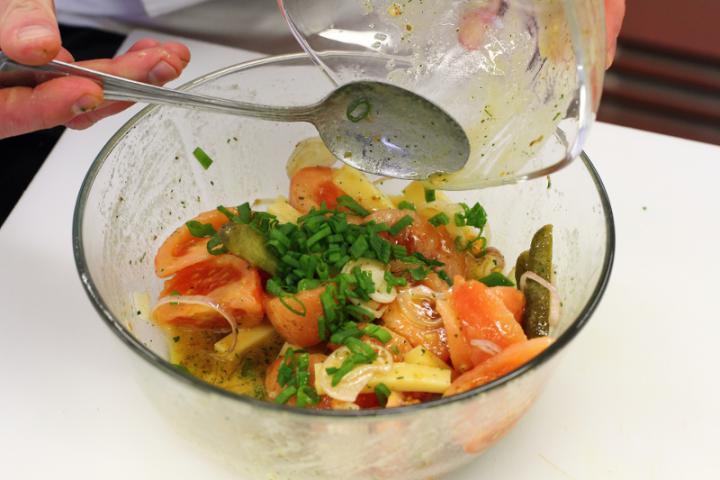 Emmentáli sajt saláta paradicsommal és savanyú uborkával elkészítés 5. lépés képe