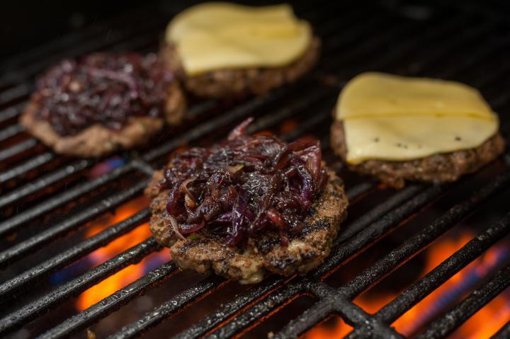 Dupla burger kék sajttal és lilahagyma lekvárral elkészítés 4. lépés képe