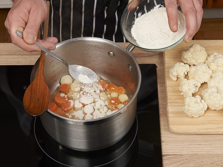Tejfölös karfiolleves elkészítés 2. lépés képe