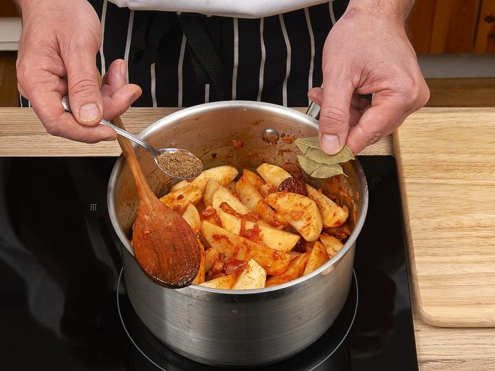 Paprikás krumpli elkészítés 4. lépés képe