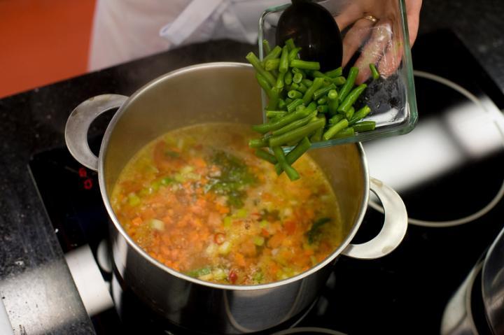 Zöldségleves spenóttal és parmezánnal elkészítés 2. lépés képe