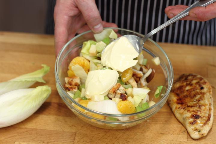 Saláta csirkével és mandarinnal elkészítés 3. lépés képe