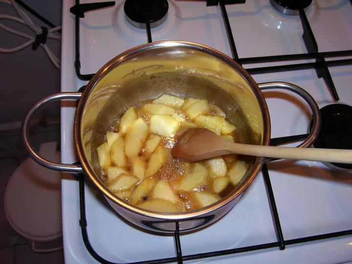 Almás-meggyes gyümölcsleves elkészítés 2. lépés képe
