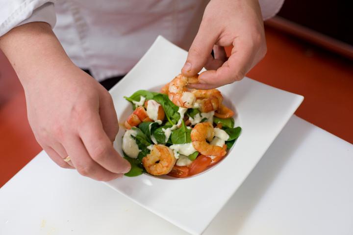Színes saláta rákkal elkészítés 4. lépés képe
