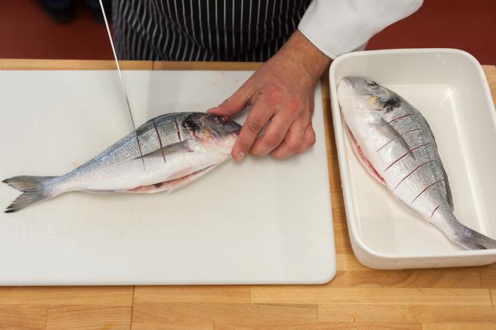 Grillezett tengeri durbincs chilis-zöldséges salsával elkészítés 1. lépés képe