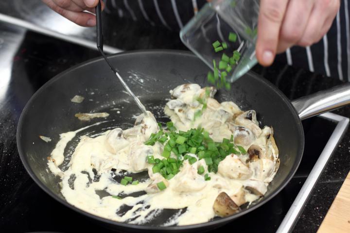 Rostélyos steak gombával és sajttal sütve elkészítés 2. lépés képe