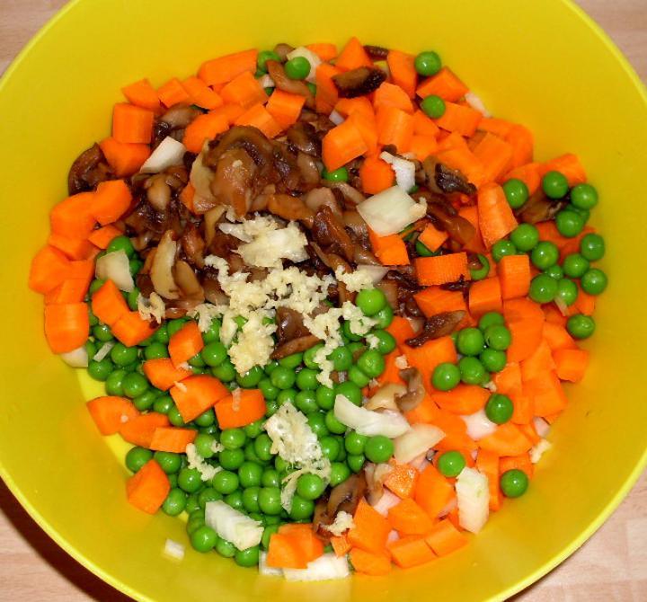 Zöldség alatt sült sajtos csirke elkészítés 2. lépés képe
