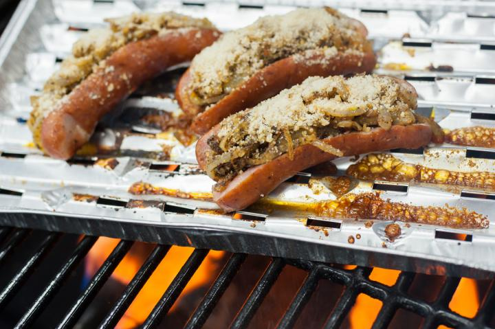 Fűszeres pirított hagymával töltött grillezett kolbászok elkészítés 3. lépés képe