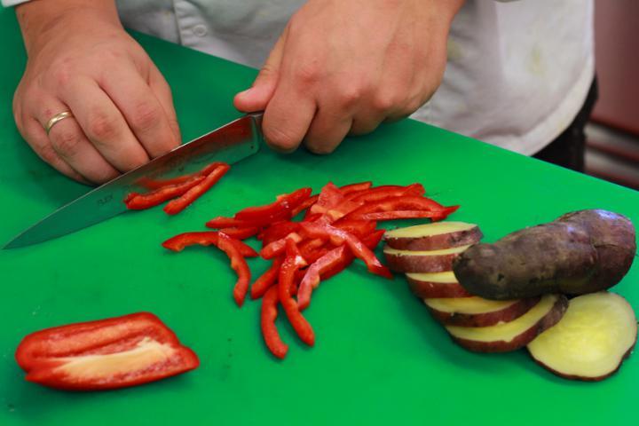 Grillezett burgonya saláta szűzpecsenyével elkészítés 2. lépés képe