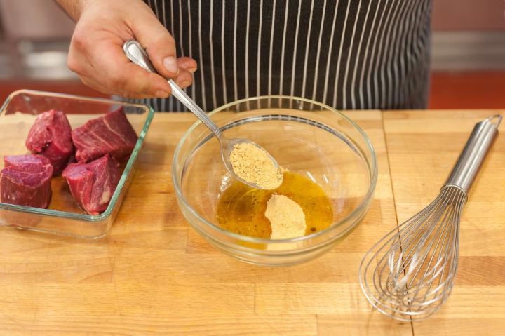 Grillezett bélszín steak sonkával, fügével kecskesajttal és zöldbors mártással elkészítés 2. lépés képe