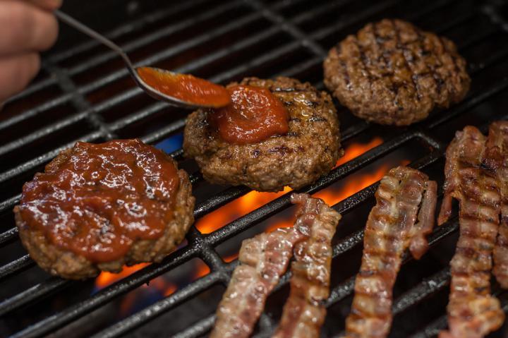 Hamburger tükörtojással és pirított gombával elkészítés 3. lépés képe
