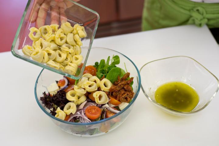 Saláta tortellinivel,  és mozzarellával elkészítés 3. lépés képe