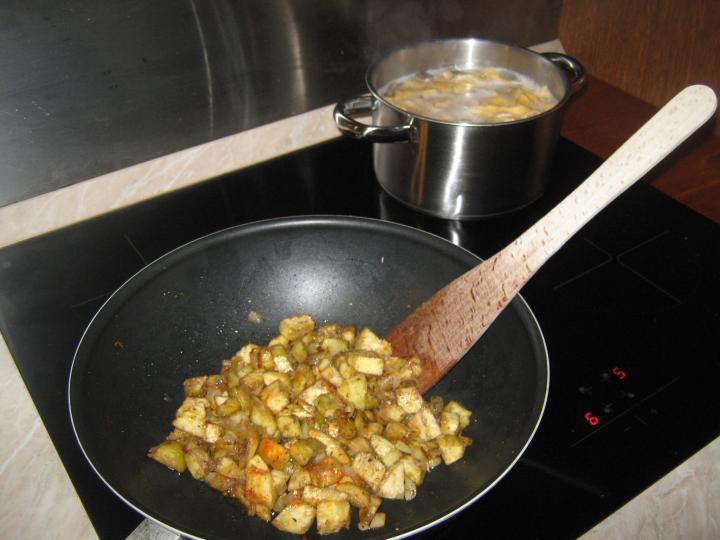 Padlizsános paprikás tészta szalonnával elkészítés 2. lépés képe