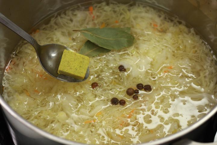 Savanyú káposzta leves sárgaborsóval elkészítés 3. lépés képe