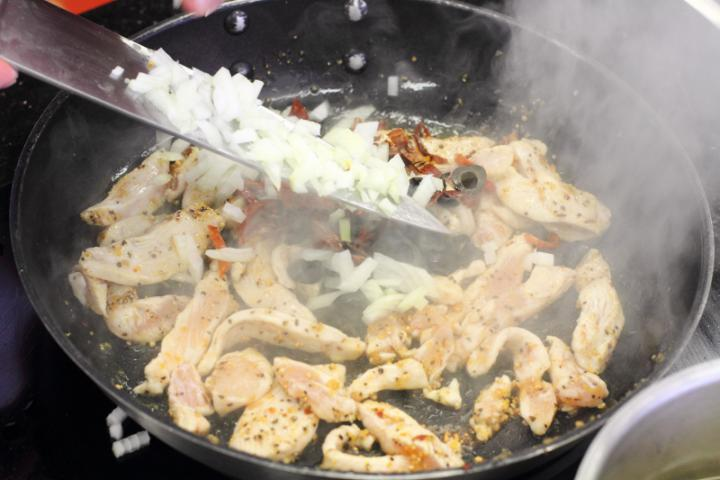 Csirkemellel és brokkolival sütött penne elkészítés 4. lépés képe