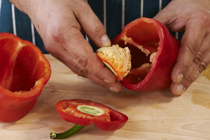 Saláta sült paprikával, olívával és feta sajttal elkészítés 1. lépés képe