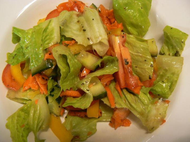 Vegyes tavaszi saláta elkészítés 5. lépés képe