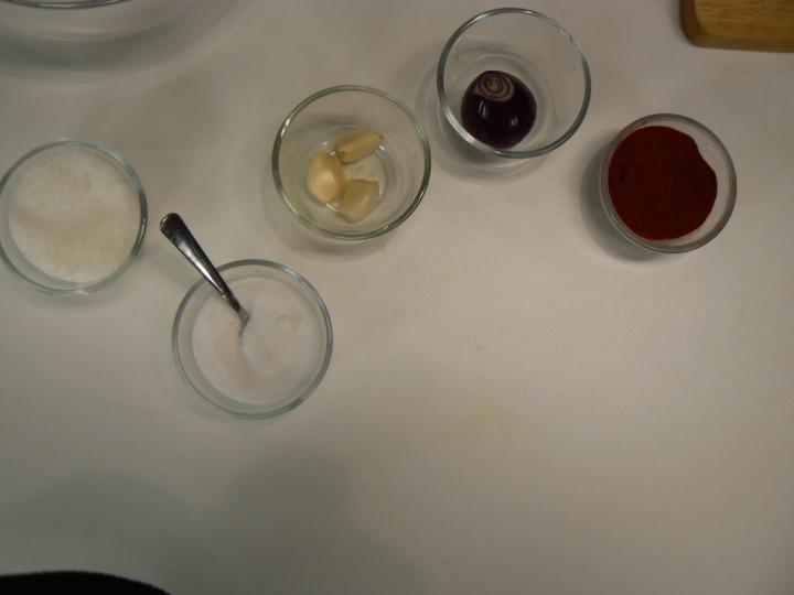 Salátalé - Uborkasaláta, paradicsomsaláta elkészítés 2. lépés képe