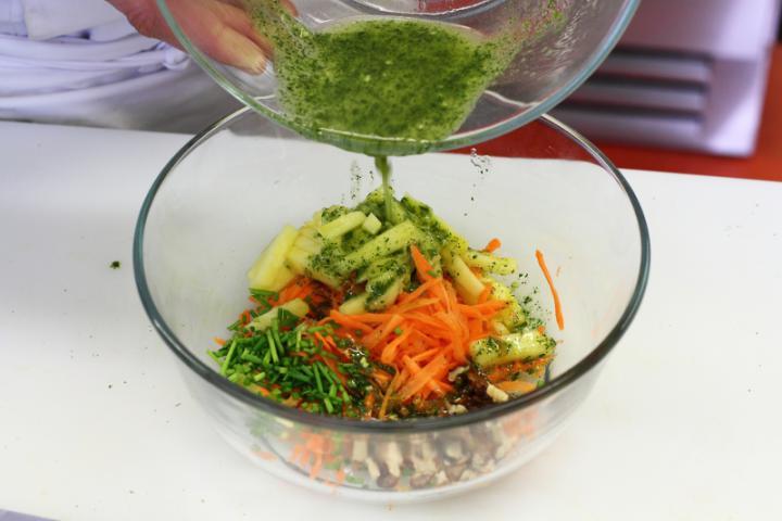 Ananászos csirke saláta elkészítés 4. lépés képe