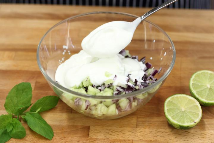 Grillezett pikáns csirkecomb joghurtos uborka salátával elkészítés 5. lépés képe