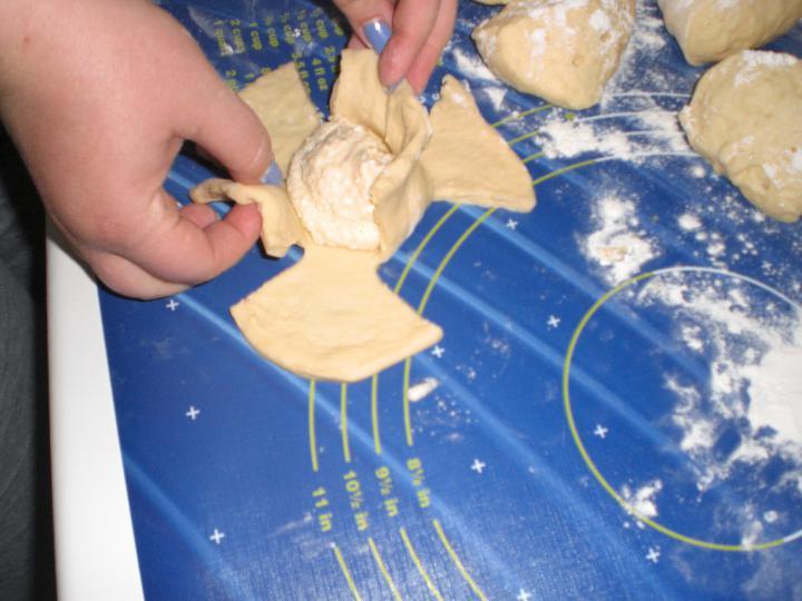 Túrós rózsapogácsa elkészítés 2. lépés képe