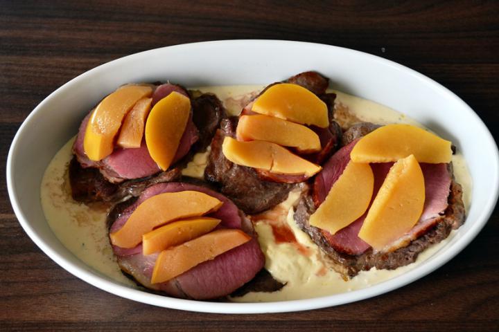 Tarjaszeletek sajttal, sonkával és birsalmával sütve elkészítés 3. lépés képe