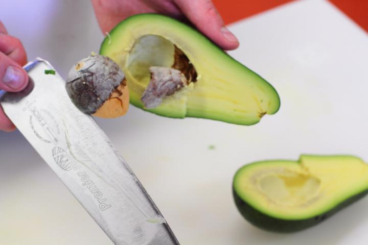 Garnélarákos gazpacho avokádóval elkészítés 4. lépés képe